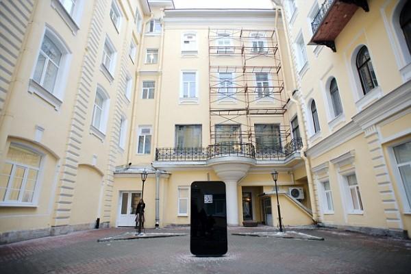 Un iPhone gigante a San Pietroburgo in memoria di Steve Jobs