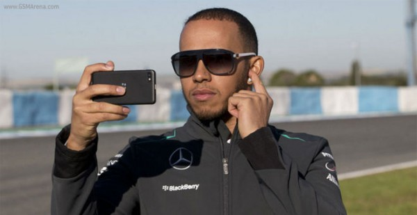 Lewis Hamilton testimonial del nuovo Blackberry Z10