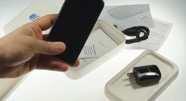 HTC First: prime impressioni e video sul contenuto della confezione