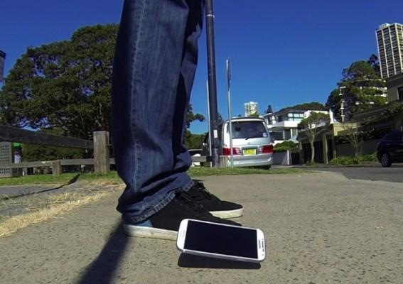 Samsung Galaxy S4: video test sulla resistenza alle cadute