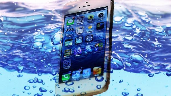 Come (provare a) salvare un iPhone caduto in acqua
